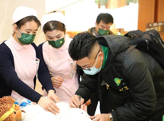 9中赫国安队员慈铭体检现场签名2.jpg